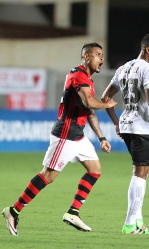 Éverton comemora gol do Flamengo diante do Figueirense
