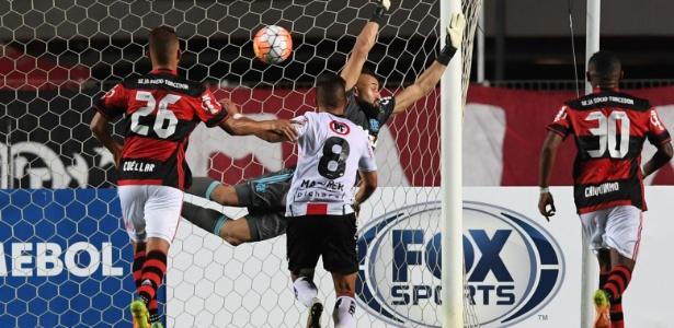 Um dos gols sofridos pelo Flamengo na marcante eliminação para o Palestino em 2016