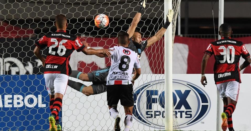 Muralha, do Flamengo, não consegue evitar gol do Palestino