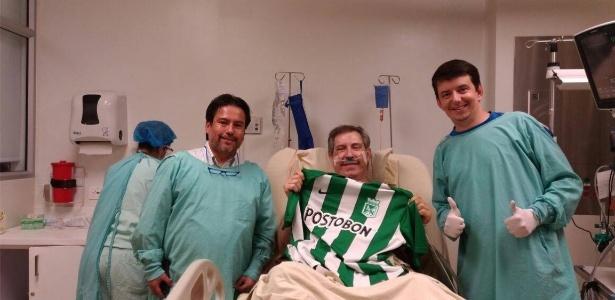 Rafael Henzel com a camisa do Atlético Nacional no hospital