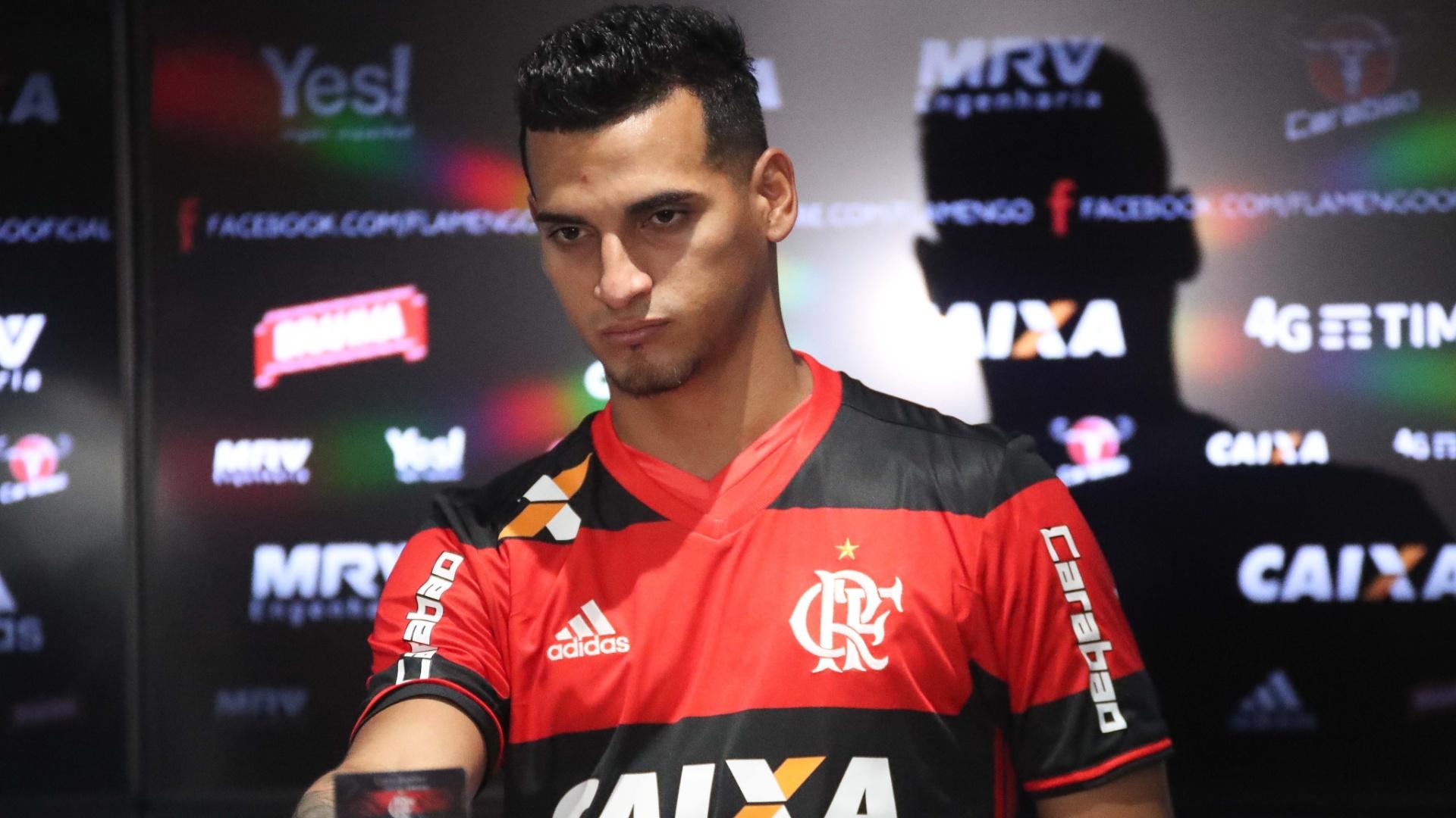 Miguel Trauco foi apresentado pelo Flamengo no segundo dia da pré-temporada