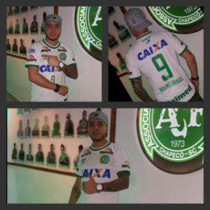 Dono de bar Chapecoense, na Colômbia, exibe camisa que era de Bruno Rangel