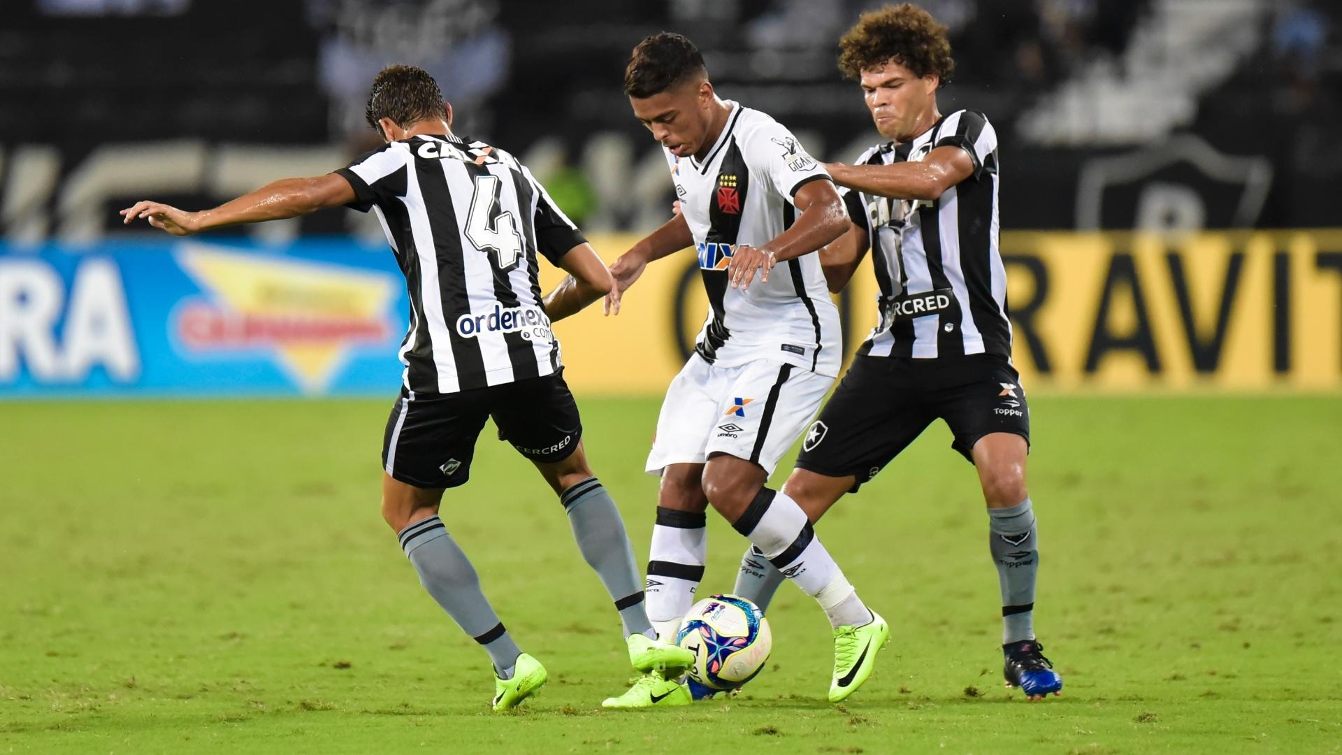Camilo ajuda na marcação no clássico entre Vasco e Botafogo