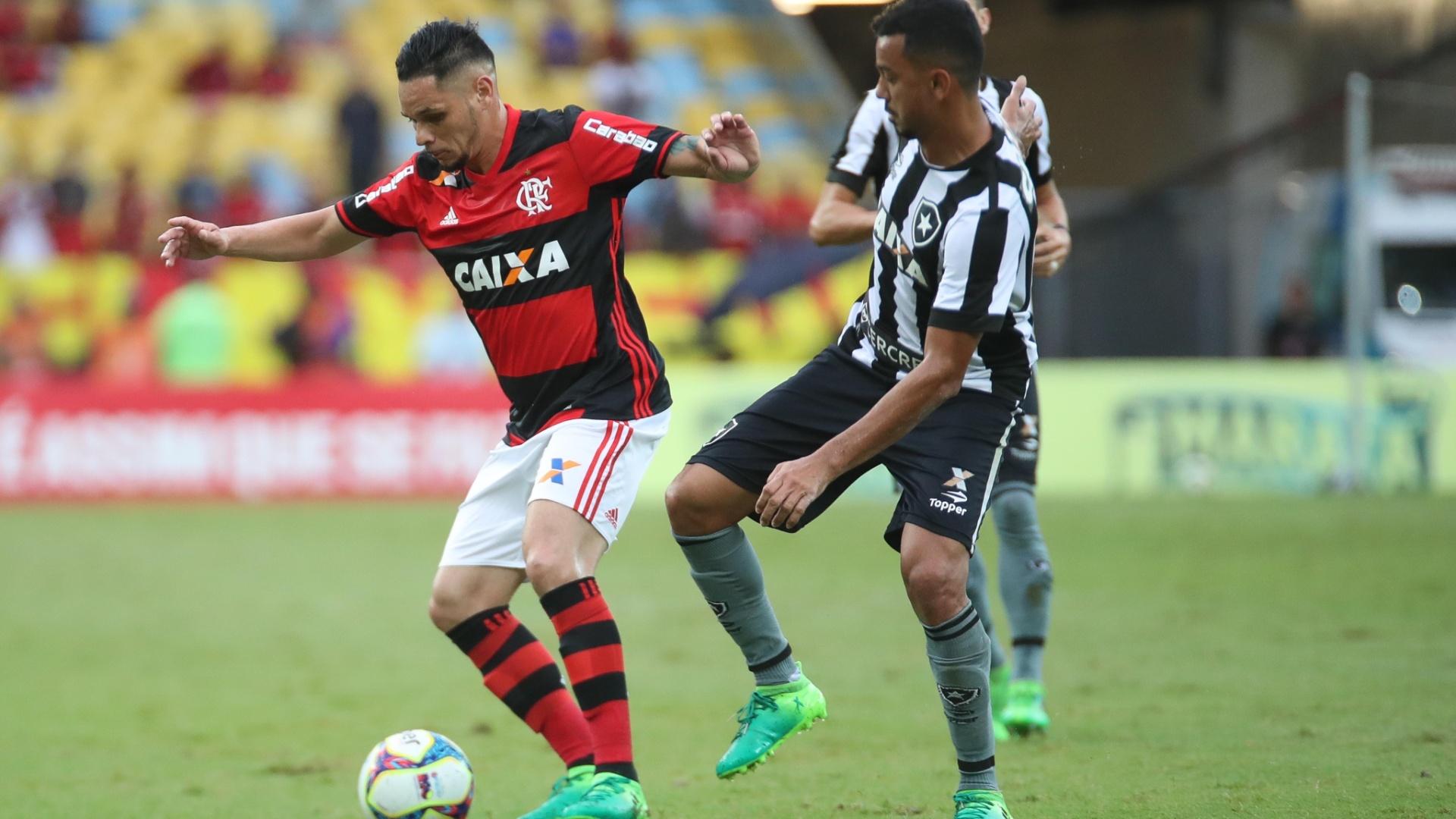 Pará protege a bola na partida Flamengo x Botafogo pelas semifinais do Campeonato Carioca 2017