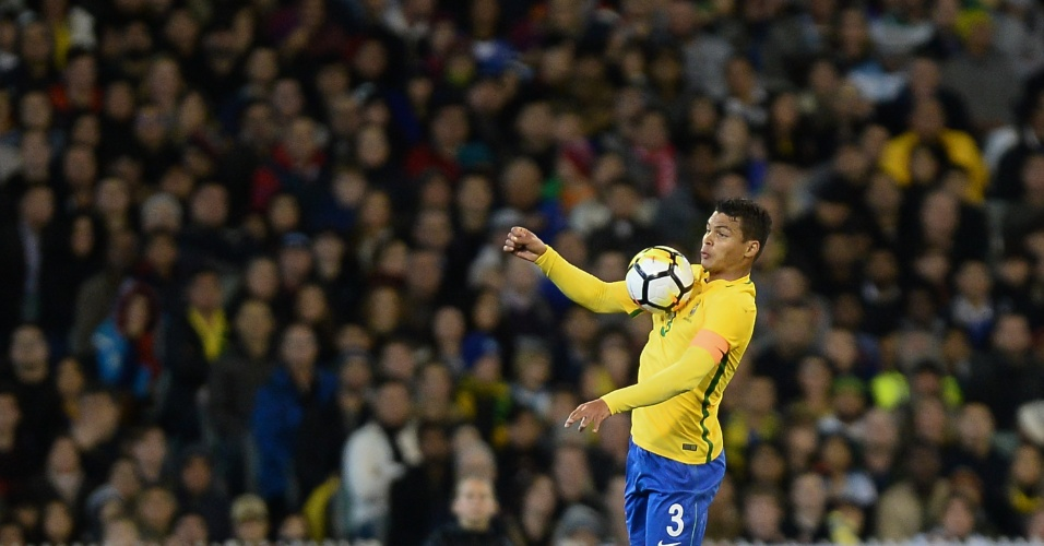 Thiago Silva domina bola em Brasil x Argentina