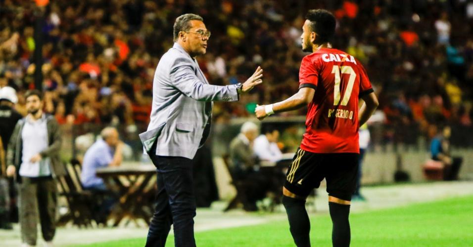 O técnico Vanderlei Luxemburgo orienta o atacante Rogério no jogo entre Sport e Vasco