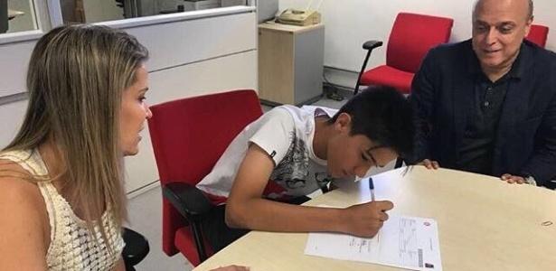 Enzo, filho de Fernandão, assinou contrato com o Internacional aos 14 anos