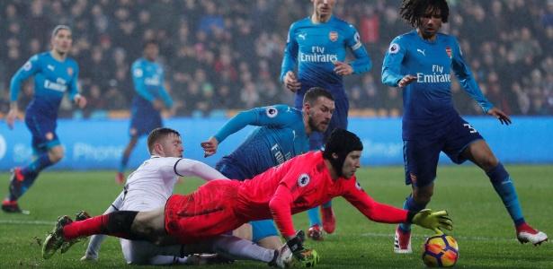 Petr Cech, goleiro do Arsenal, enta evitar o gol do Swansea