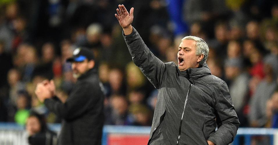 Mourinho reclama do posicionamento dos jogadores do Manchester United em partida contra o Huddersfield