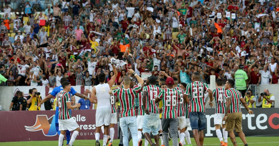 Jogadores do Fluminense comemoram título com a torcida
