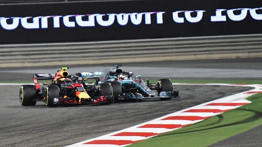Hamilton e Verstappen se chocaram no início da corrida - AFP PHOTO / Giuseppe CACACE