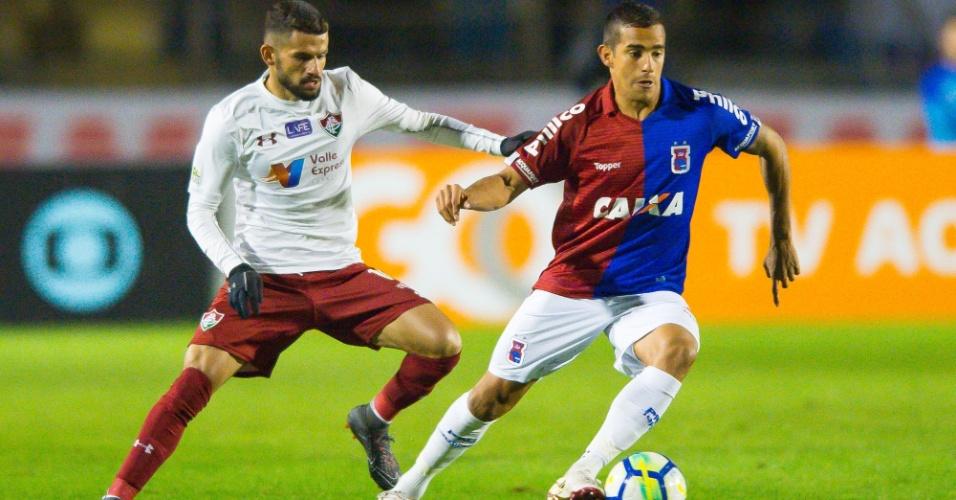 Torito e João Carlos disputam a bola no jogo entre Paraná e Fluminense