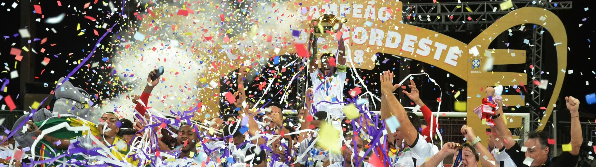 Jogadores do Sampaio Corrêa comemoram título da Copa do Nordeste conquistado sobre o Bahia