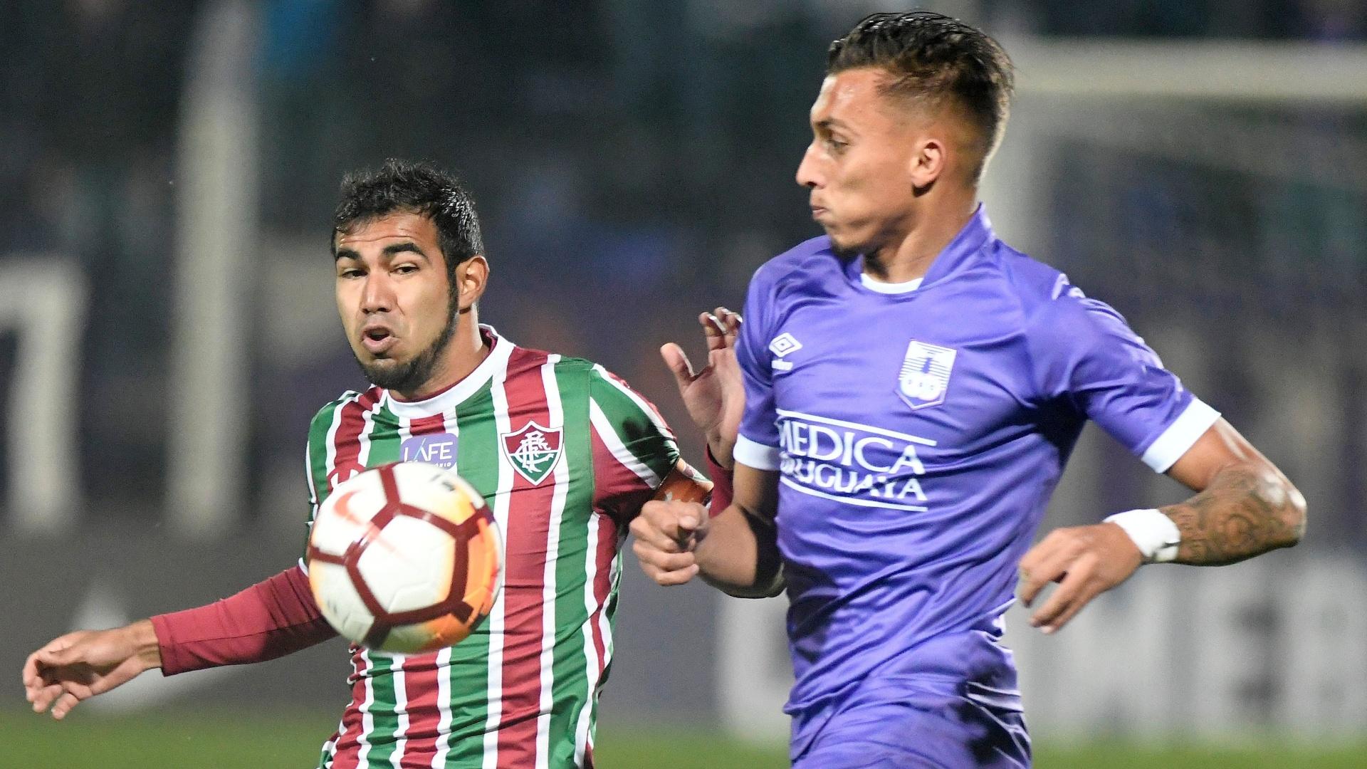 Sornoza disputa a bola com Mathias Suarez no jogo entre Defensor e Fluminense