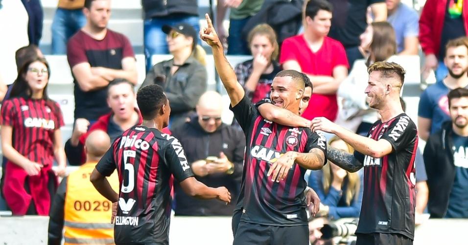 Atlético-PR comemora gol de Zé Ivaldo contra o Flamengo