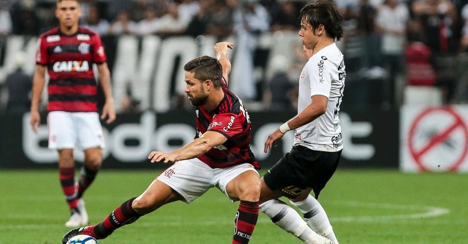 Diego é marcado por Romero durante Corinthians x Flamengo na semifinal