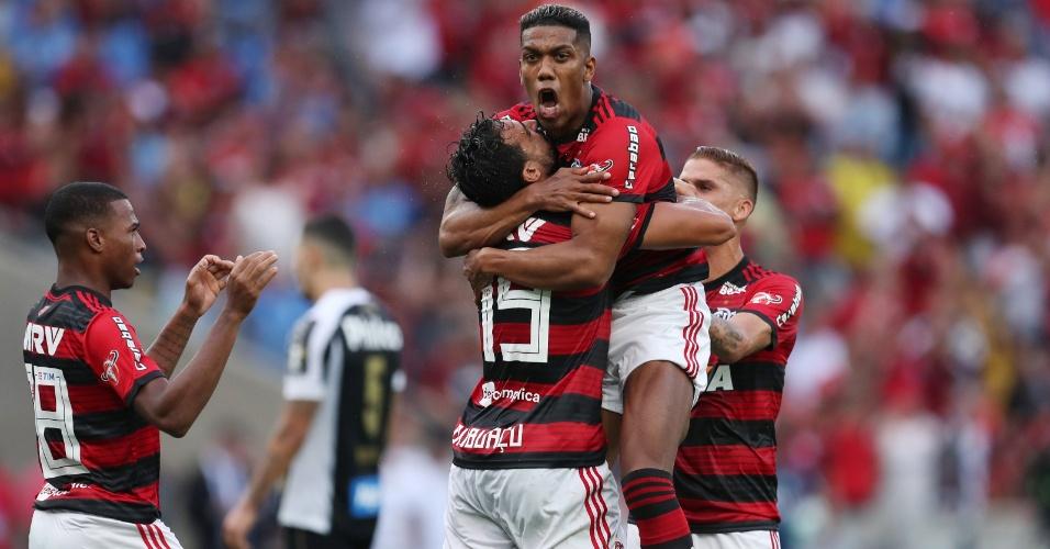 Berrío comemora com Henrique Dourado o gol do Flamengo contra o Santos