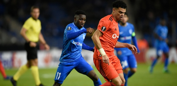Pepe, do Besiktas, é marcado por Joseph Paintsil, do Genk, em jogo da Liga Europa - John Thys/AFP
