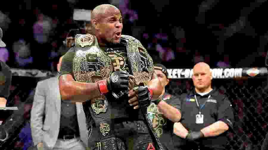 Daniel Cormier celebra vitória sobre Derrick Lewis no UFC 230 - Steven Ryan/Getty Images/AFP