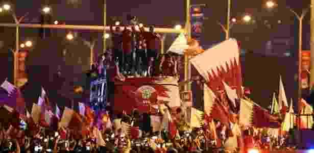 """Milhares de torcedores recepcionaram os """"campeões da Ásia"""" em Doha - IBRAHEEM AL OMARI/REUTERS"""