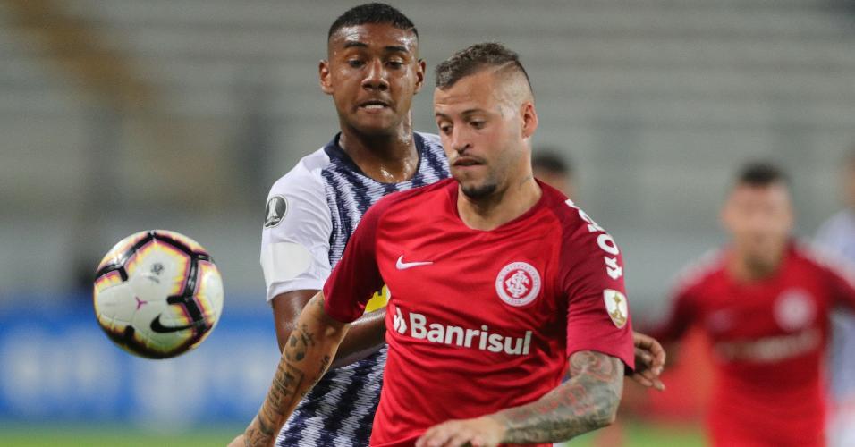 Aldair Fuente, do Alianza Lima, disputa a bola com Nicolás López, do Internacional