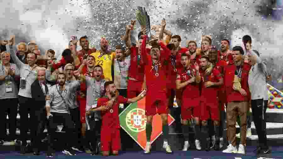 Cristiano Ronaldo ergue taça da Liga das Nações - Carl Recine/Reuters