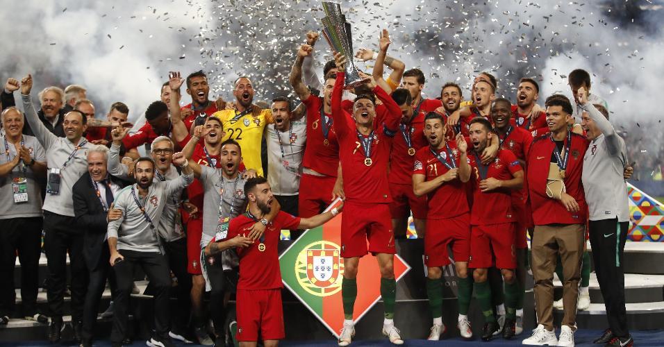 Cristiano Ronaldo ergue taça da Liga das Nações