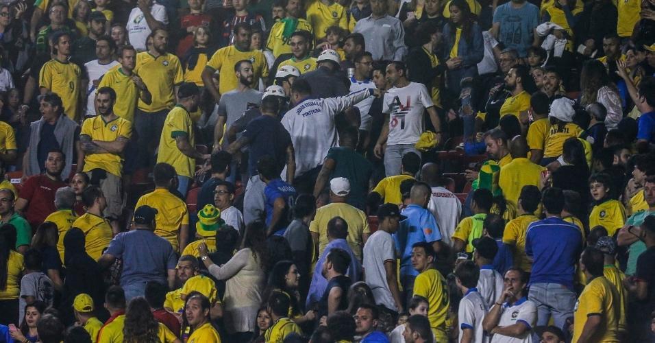 Policiais na torcida durante Brasil x Bolívia na Copa América