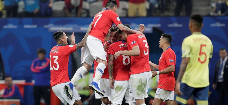 Jogadores do Chile comemoram durante partida contra a Colômbia - REUTERS/Ueslei Marcelino