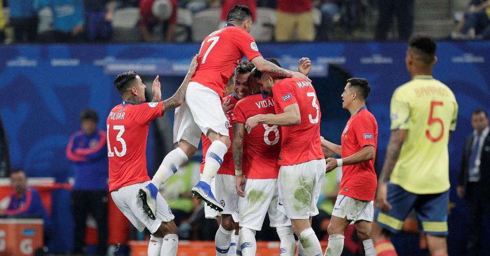 Jogadores do Chile comemoram durante partida contra a Colômbia