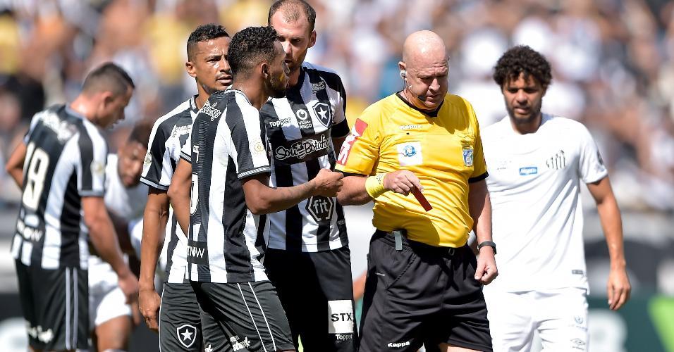 Árbitro Heber Roberto Lopes mostra cartão vermelho a Gilson, do Botafogo