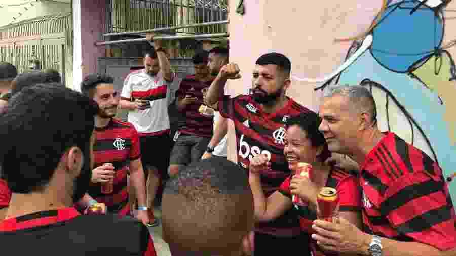 """Jeferson Sales, o """"Gabigol da Torcida"""", é tietado nos arredores do Maracanã antes de Flamengo x Santos - Bruno Braz / UOL"""