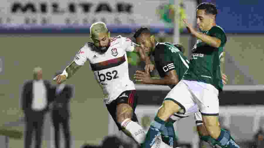 Leo Sena, do Goiás, disputa lance com Gabigol, do Flamengo, durante partida pelo Brasileiro - Heber Gomes/AGIF