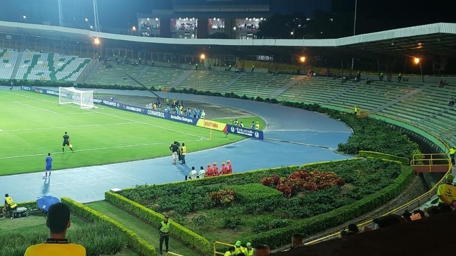 Estádio Centenário de Armênia tem plantação de café ao lado de arquibancada - Danilo Lavieri/UOL