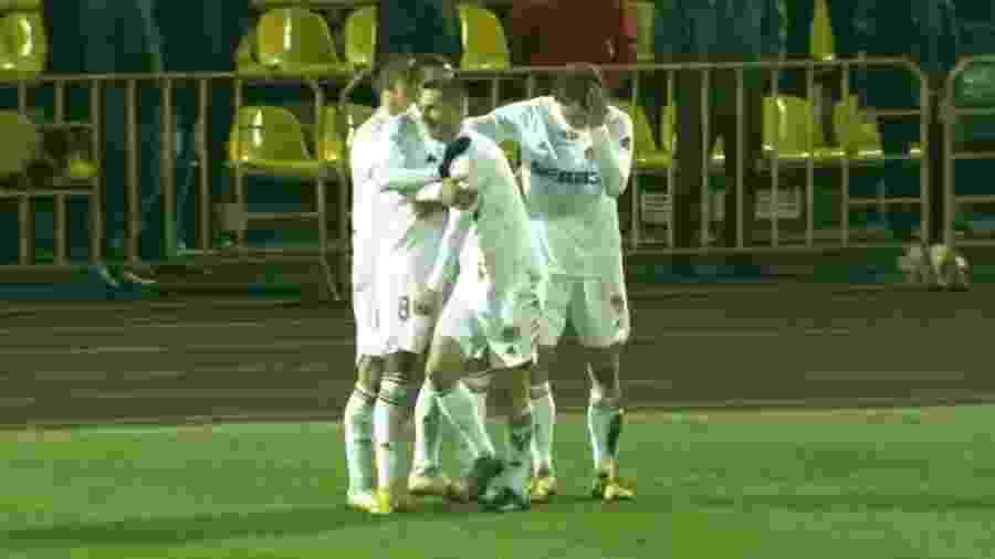 Jogadores do Torpedo BelAz comemoram gol na rodada de abertura da primeira divisão de Belarus - Reprodução
