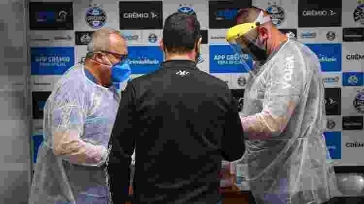 Médico do Grêmio faz teste para o novo coronavírus em funcionário do Grêmio - Lucas Uebel/Grêmio FBPA - Lucas Uebel/Grêmio FBPA