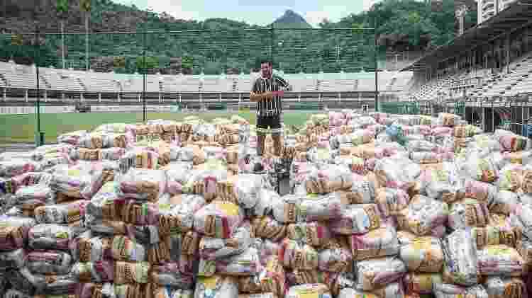 Fred com as cestas básicas arrecadadas em viagem de bicicleta, na sede do Fluminense - Lucas Merçon/ Fluminense F.C. - Lucas Merçon/ Fluminense F.C.