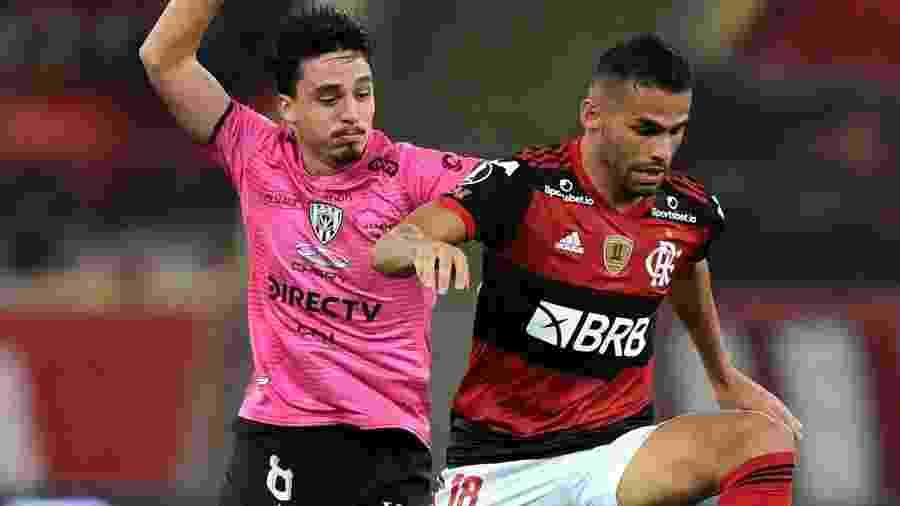 Thiago Maia tenta jogada durante Flamengo x Del Valle pela Libertadores 2020 - Carl de Souza-Pool/Getty Images