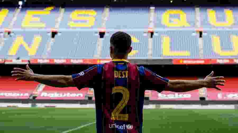 Sergiño Dest é anunciado pelo Barcelona e visita Camp Nou - Reprodução/Twitter