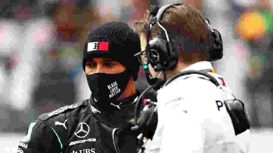 Lewis Hamilton conversa com engenheiro da Mercedes antes do GP de Portugal - Dan Istitene - Formula 1/Formula 1 via Getty Images