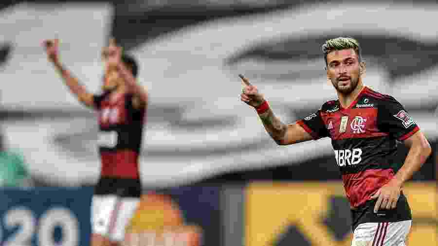 Arrascaeta comemora gol pelo Flamengo contra o Coritiba, em jogo do Brasileirão. Meia é esperança do Fla - Thiago Ribeiro/AGIF
