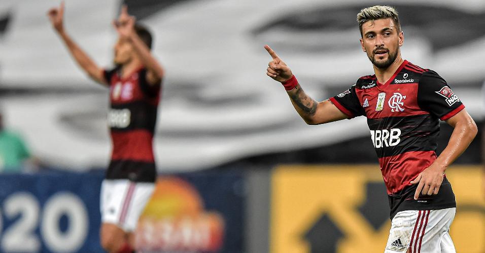 Arrascaeta comemora gol pelo Flamengo contra o Coritiba, em jogo do Brasileirão