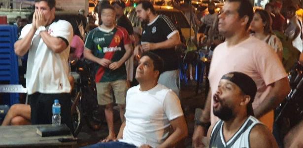 Daciolo vibra com vitória do Vasco em bar ao lado de São Januário. Assista