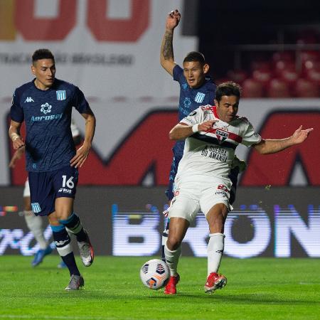 Eder, do São Paulo, disputa bola contra o Racing - Staff Images / CONMEBOL