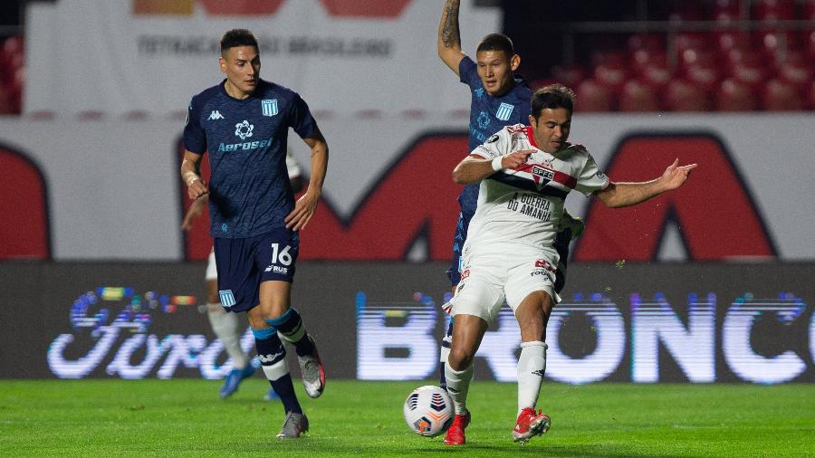 Eder, do São Paulo, disputa bola na partida contra o Racing, nas oitavas da Libertadores - Staff Images / CONMEBOL