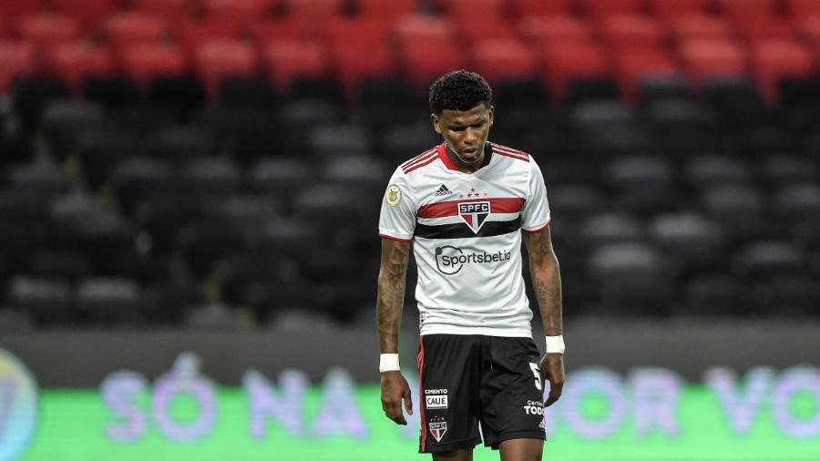 Zagueiro está no clube há quatro anos e pede aumento salarial para renovar seu contrato - Thiago Ribeiro/AGIF