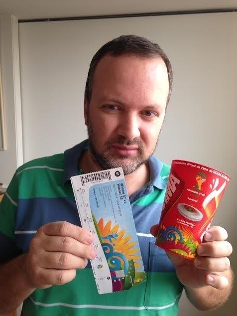 Felipe Campbell, publicitário, posa com o ingresso e o copo que conseguiu no 7 a 1, relíquias de um dia que o marcou como torcedor