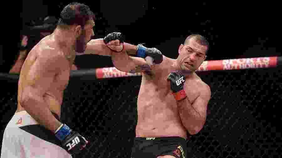 Maurício Shogun (dir.) e Rogério Minotouro trocam golpes em evento do UFC 190, em 2015 - Alexandre Loureiro/Inovafoto/UFC