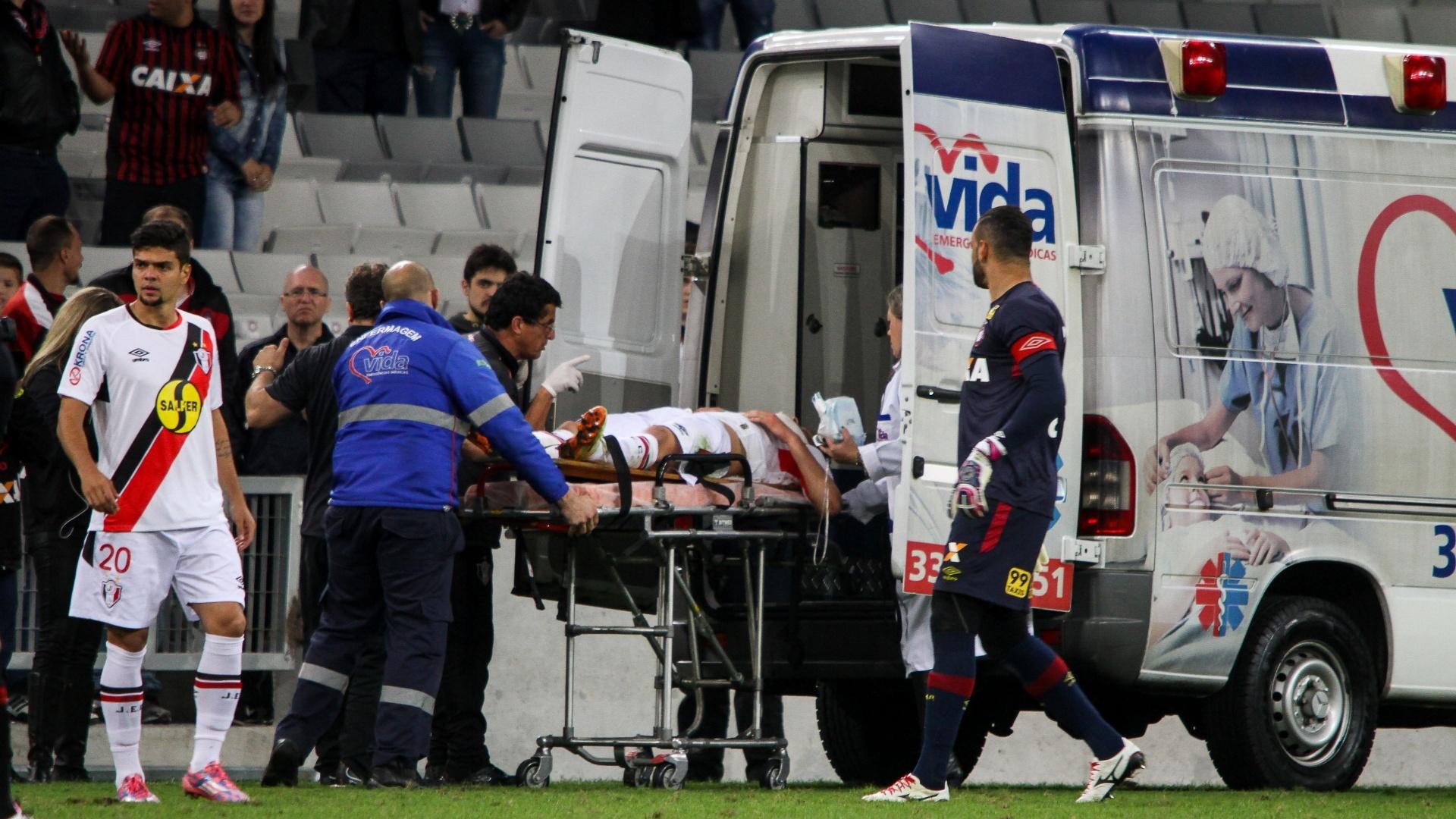 Lucas Crispim, do Joinville, sai de campo em ambulância após bater a cabeça em disputa de bola durante partida contra o Atlético-PR, neste sábado (5), pela Série A do Campeonato Brasileiro