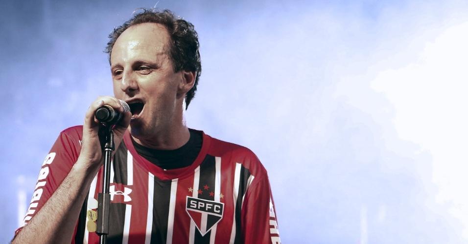 Rogério Ceni solta a voz, com a banda Ira, no intervalo da partida amistosa